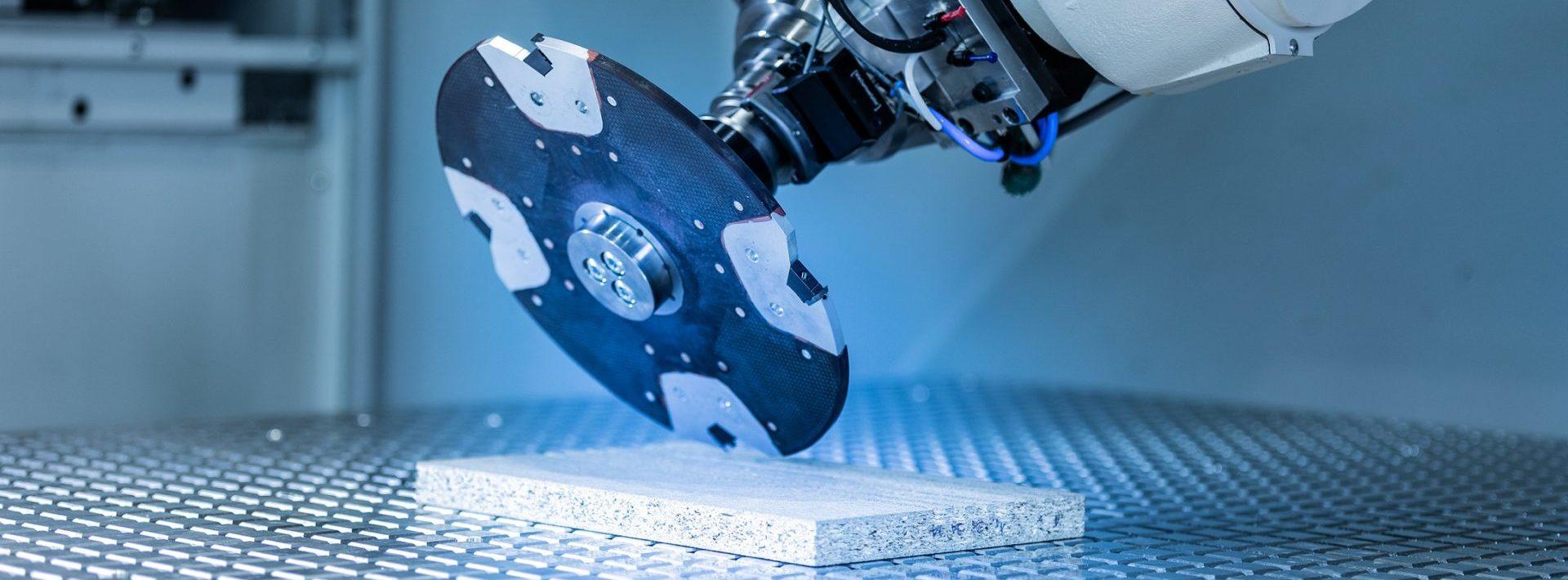 Das Zentrum für Leichtbautechnologien entwickelt gewichtsoptimierte Produktionssysteme sowie Lösungen für den Bearbeitungs- und Recyclingprozess von Multi-Materialverbunden.