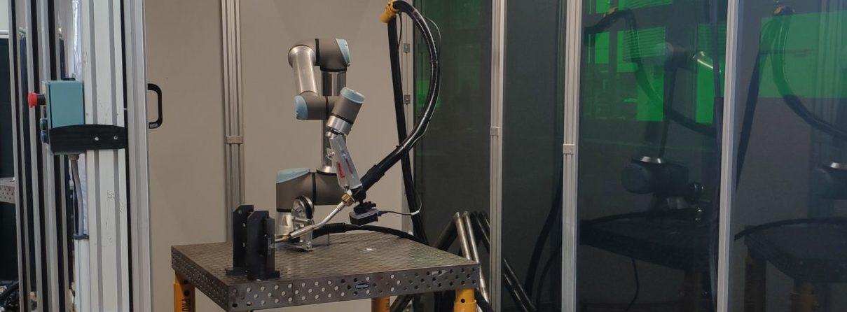 Testbauteile können in einer Schweißzelle am Standort Stuttgart sicher und gefahrlos geschweißt werden